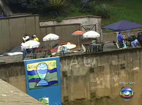 Banhistas na margem do rio Tietê. Reprodução Globo